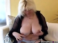 Housewife relaxing whlie son n skimp not home - easydatingx.com